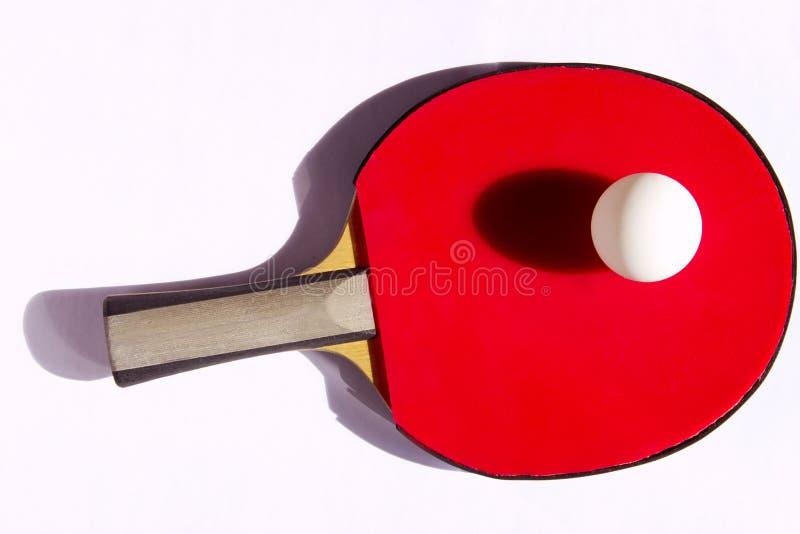 红色球拍和白色球的被曝光过度的图象网球的 库存图片