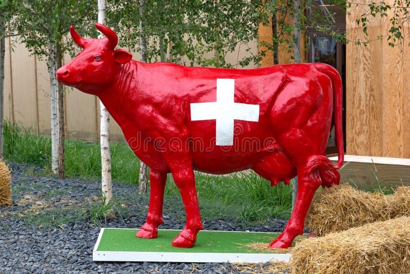 红色瑞士母牛雕象 库存照片