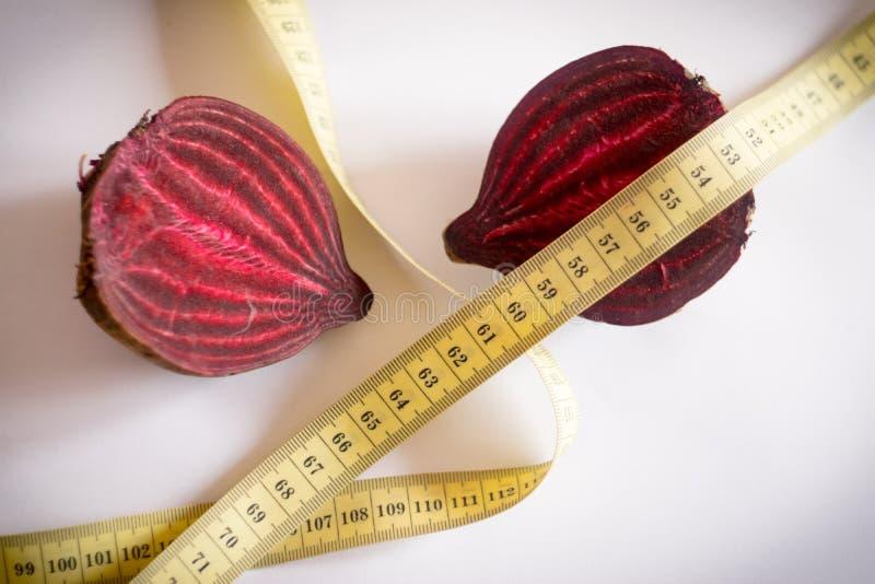 红色甜菜和测量的磁带 库存图片