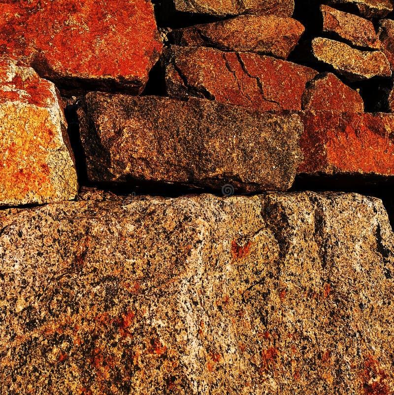 红色生锈岩石巨石 库存照片