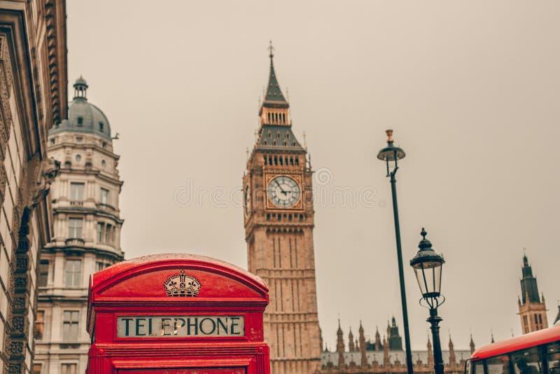 红色电话亭和大本钟在伦敦 库存照片