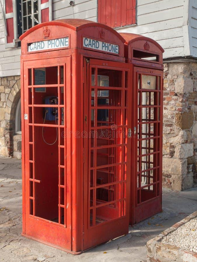 红色电话亭在仅信用卡的安提瓜岛 库存图片