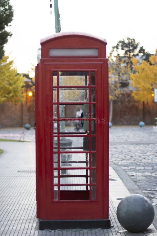 红色电话箱子La Recoleta布宜诺斯艾利斯阿根廷拉美好的南美 库存照片