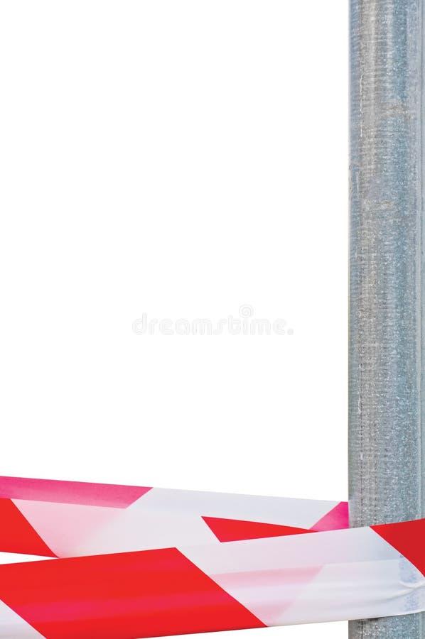 红色白色不横渡头饰带丝带磁带和金属岗位,被隔绝的灰色建造场所金属波兰人,犯罪现场标号 免版税库存图片