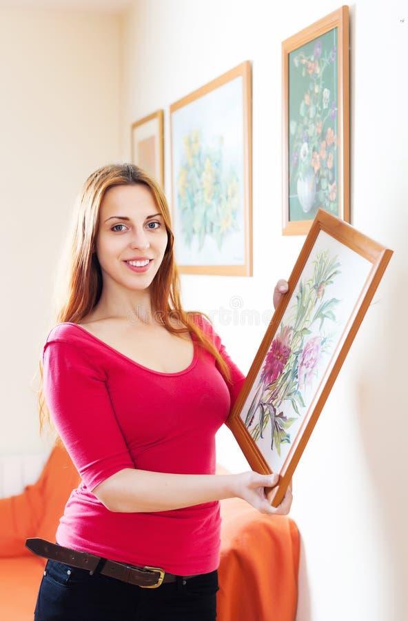 红色的女孩与在框架的图片 免版税库存图片