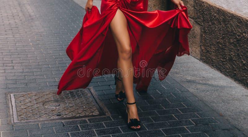 红色的女孩 长期,苗条腿 免版税库存图片