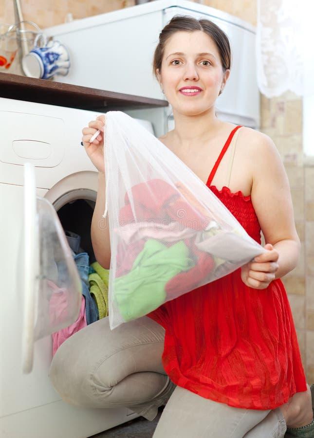 红色的妇女与洗衣店袋子 库存照片