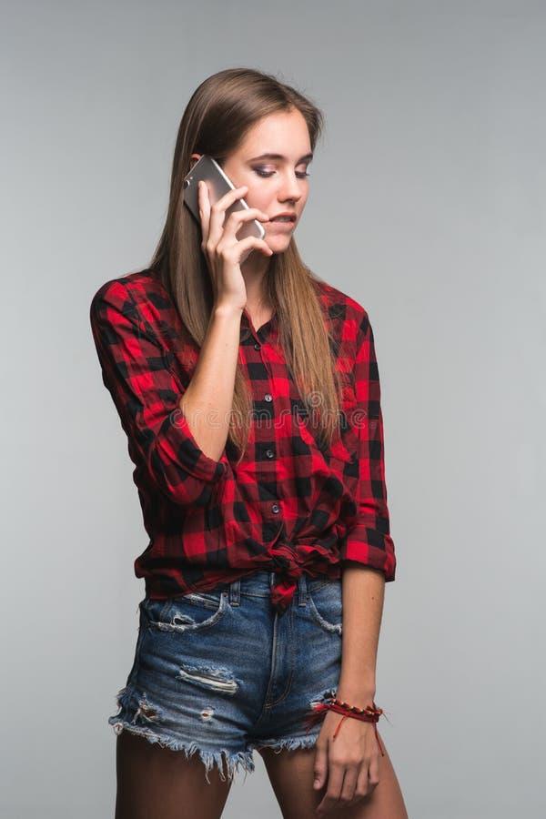 红色的年轻美丽的妇女少年检查了衬衣和被撕毁的d 库存图片