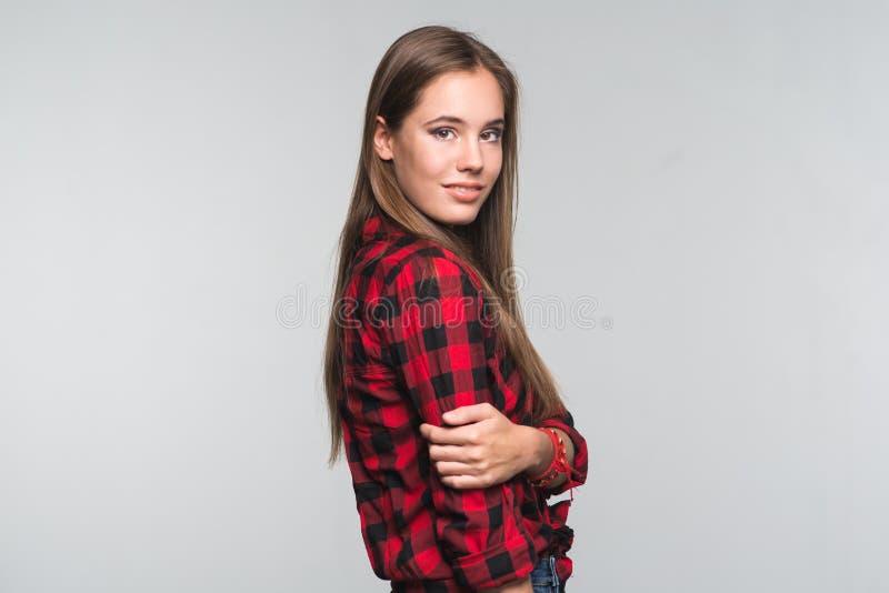 红色的年轻美丽的妇女少年检查了衬衣和被撕毁的d 免版税图库摄影