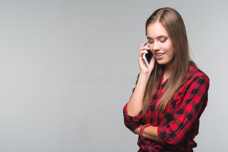 红色的年轻美丽的妇女少年检查了衬衣和被撕毁的d 免版税库存照片