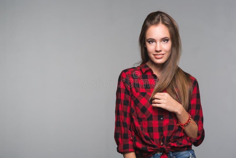 红色的年轻美丽的妇女少年检查了衬衣和被撕毁的d 图库摄影
