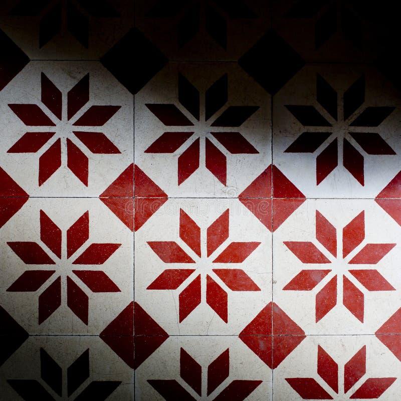 红色的瓦片和白色上色背景纹理 库存图片