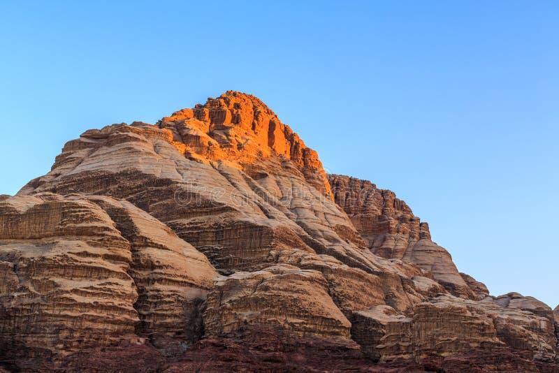 红色的看法在旱谷兰姆酒沙漠上色了山岩石  库存图片