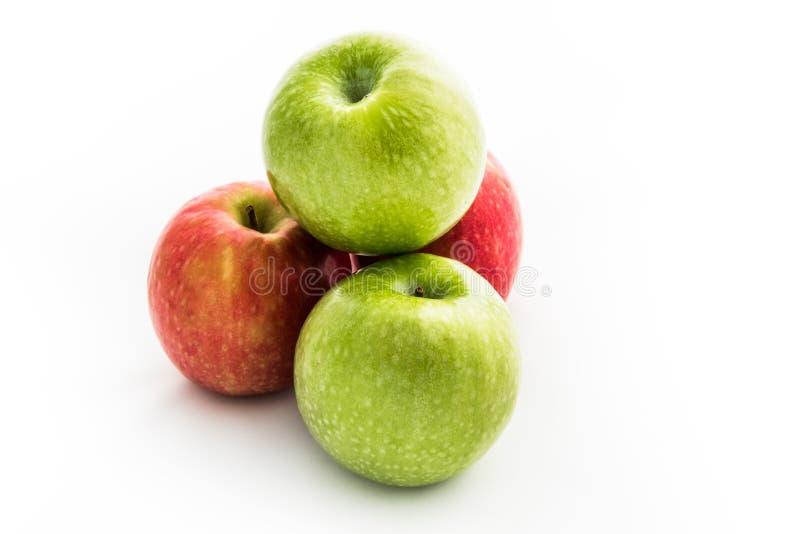 红色的苹果-和在白色背景隔绝的绿色苹果 免版税库存图片