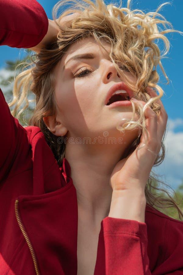 红色的金发碧眼的女人 图库摄影