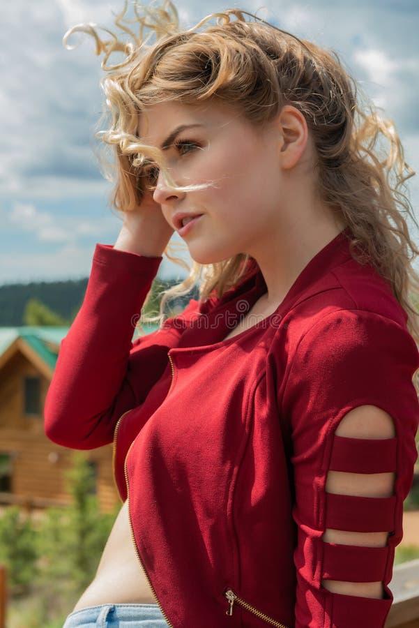红色的金发碧眼的女人 免版税库存照片