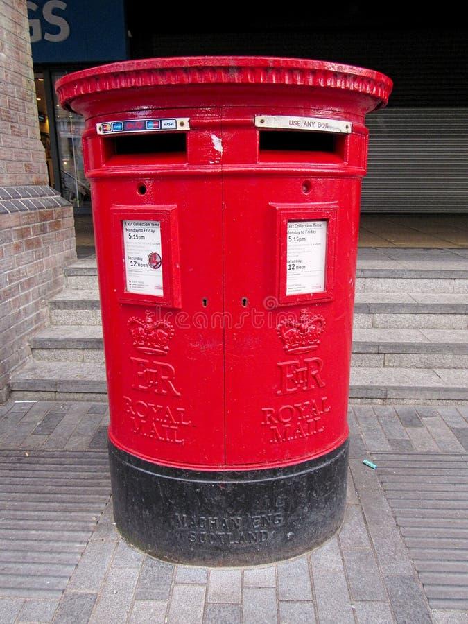红色皇家邮件岗位箱子 免版税库存照片