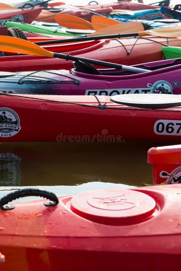 红色皮船,玫瑰色皮船,绿色皮船 免版税库存图片