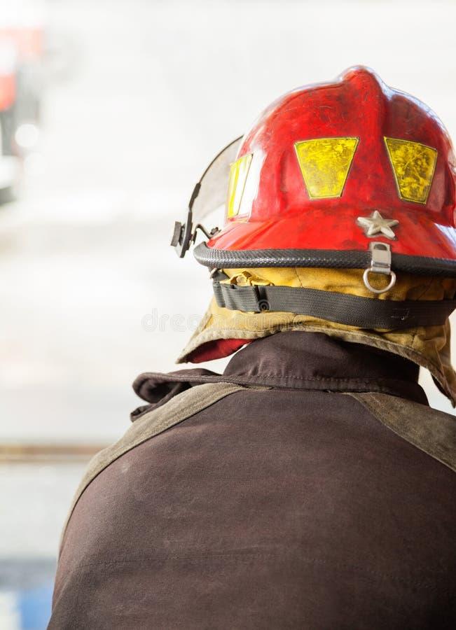 红色盔甲的消防队员 免版税库存照片