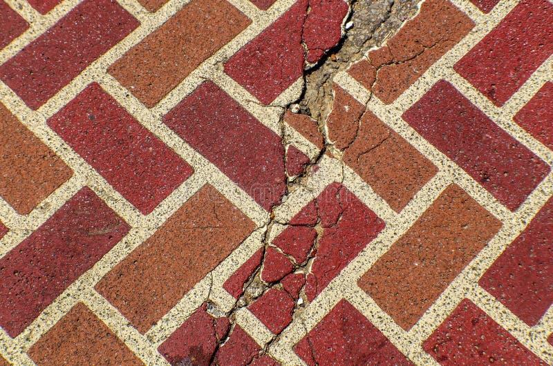 红色破裂的砖铺路石难看的东西背景背景 免版税库存图片