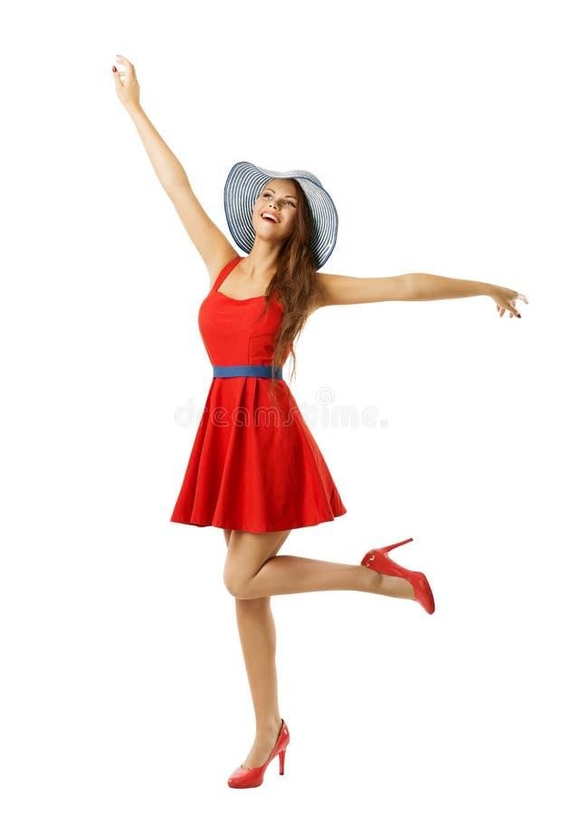 红色礼服海滩帽子愉快去的妇女与开放胳膊,白色 免版税库存图片