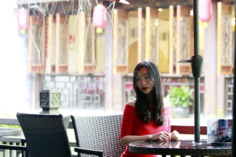 红色礼服的中国妇女在冯敬古镇 图库摄影