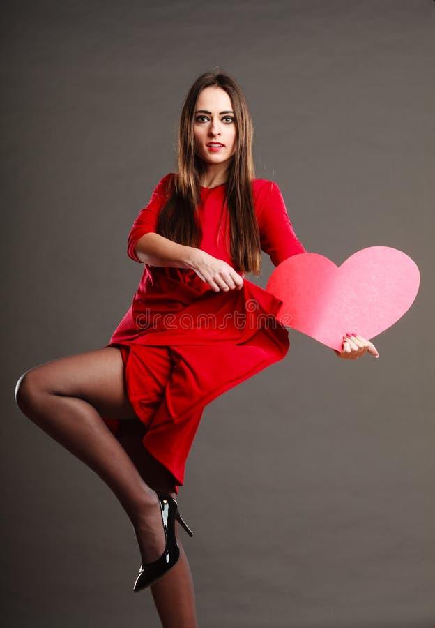 Download 红色礼服的妇女拿着心脏标志 库存图片. 图片 包括有 女朋友, 设计, 礼品, 跳舞, 舞蹈, 情感, 头发 - 62530297