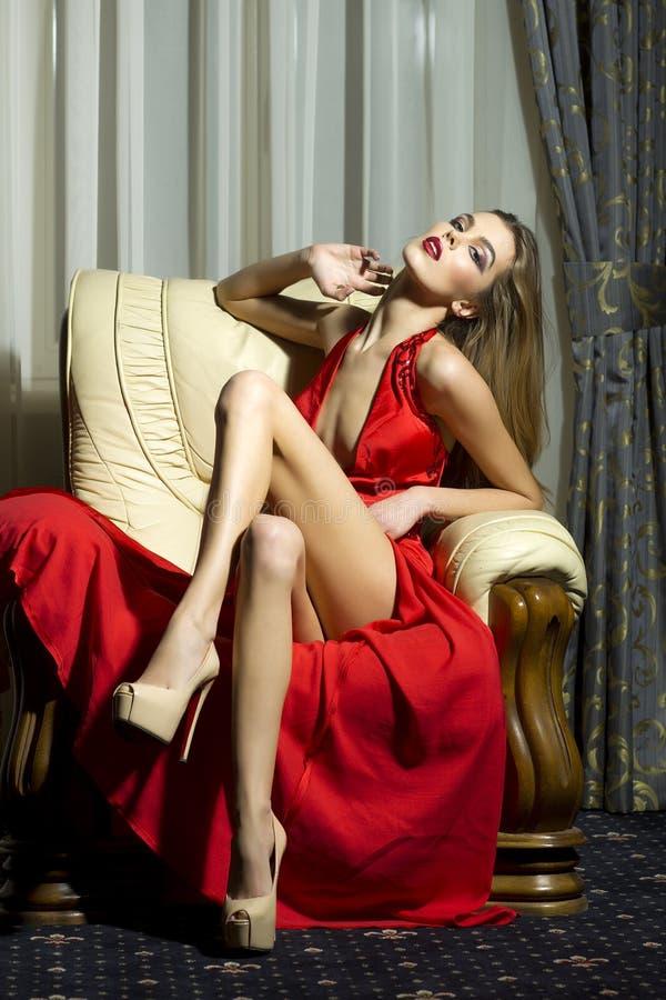 红色礼服的性感的妇女 库存照片