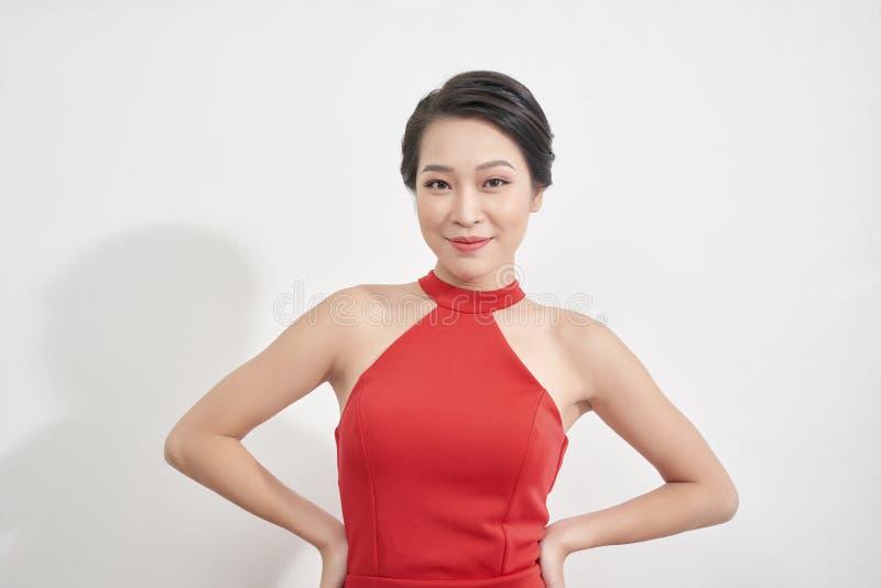 红色礼服的性感的年轻秀丽妇女 免版税库存图片