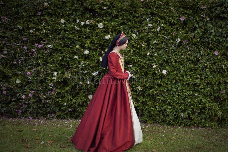 红色礼服的托特妇女 免版税库存图片