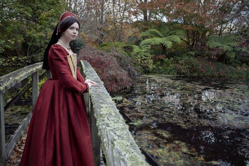 红色礼服的托特妇女 库存照片