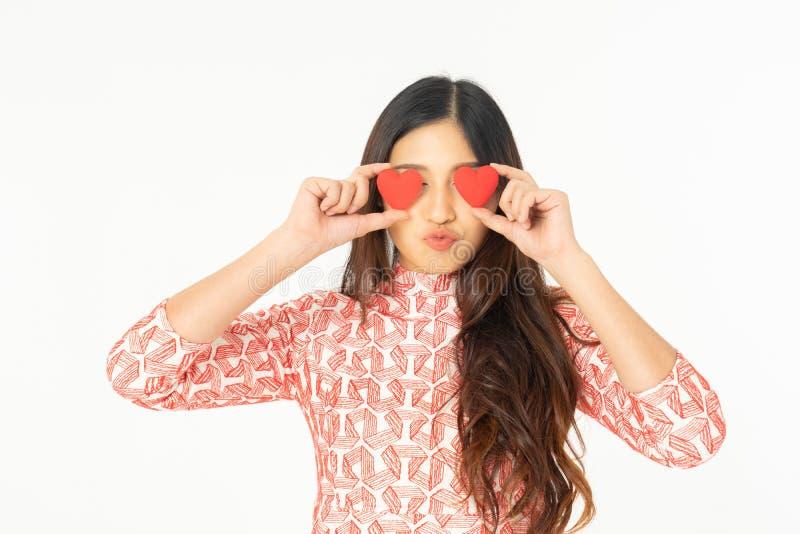 红色礼服的高兴她的生日的亚裔好奇妇女照片  免版税库存图片