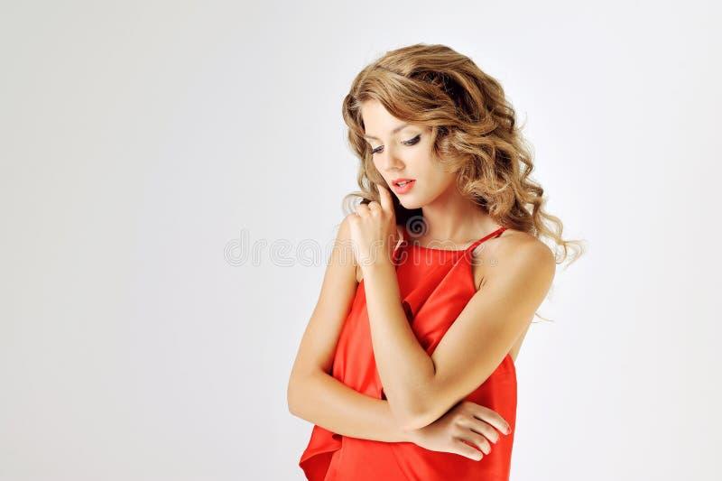 红色礼服的魅力女孩在白色 免版税库存图片