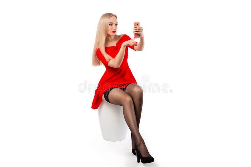 红色礼服的-在白色的流动selfie妇女 免版税图库摄影