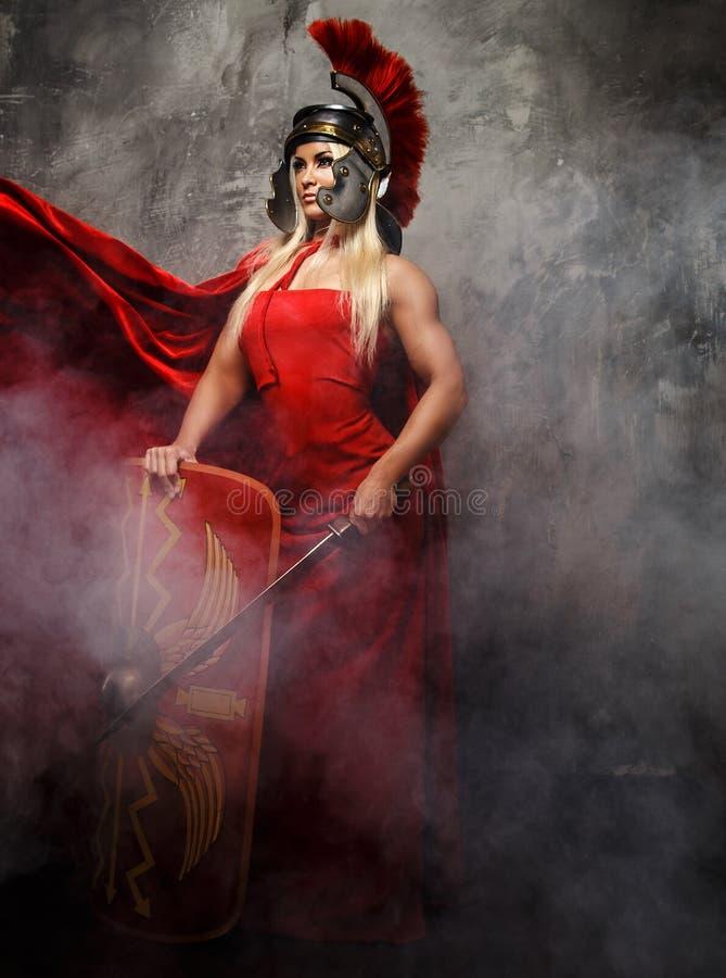 红色礼服的Blong罗马妇女 免版税库存图片