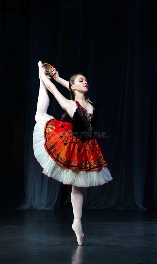 红色礼服舞会的女孩从芭蕾 免版税库存照片