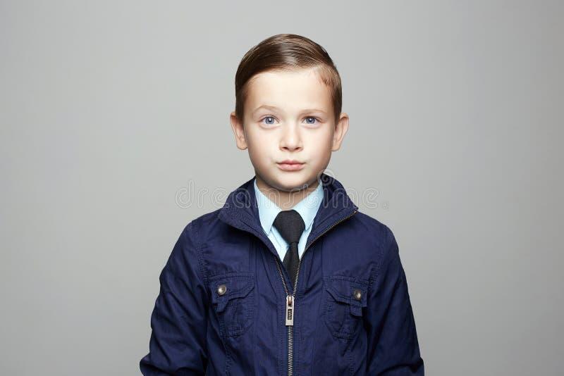 红色礼服 诉讼 在领带的典雅的孩子 免版税库存图片
