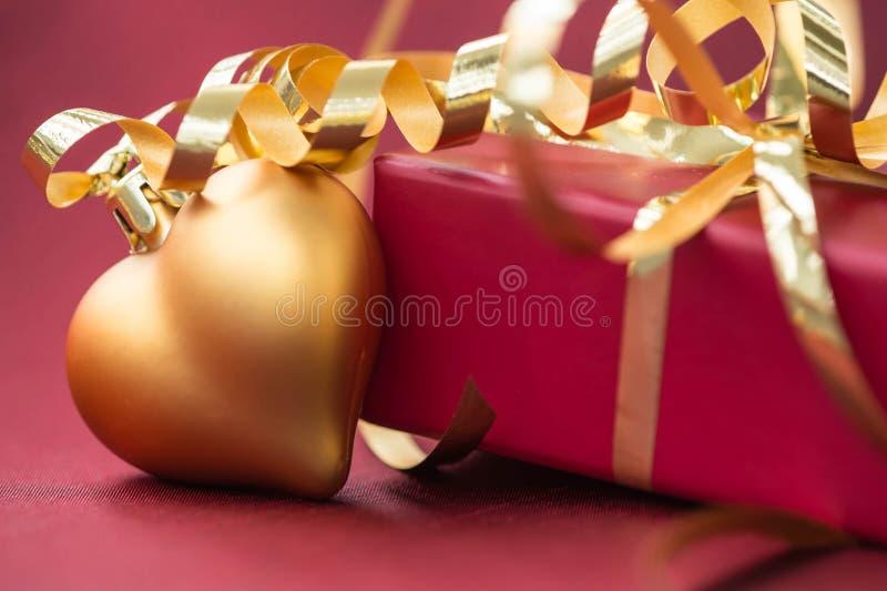 Download 红色礼物盒和圣诞节装饰以心脏的形式 库存照片. 图片 包括有 当事人, 背包, 重点, 季节性, 生日, 庆祝 - 62528094