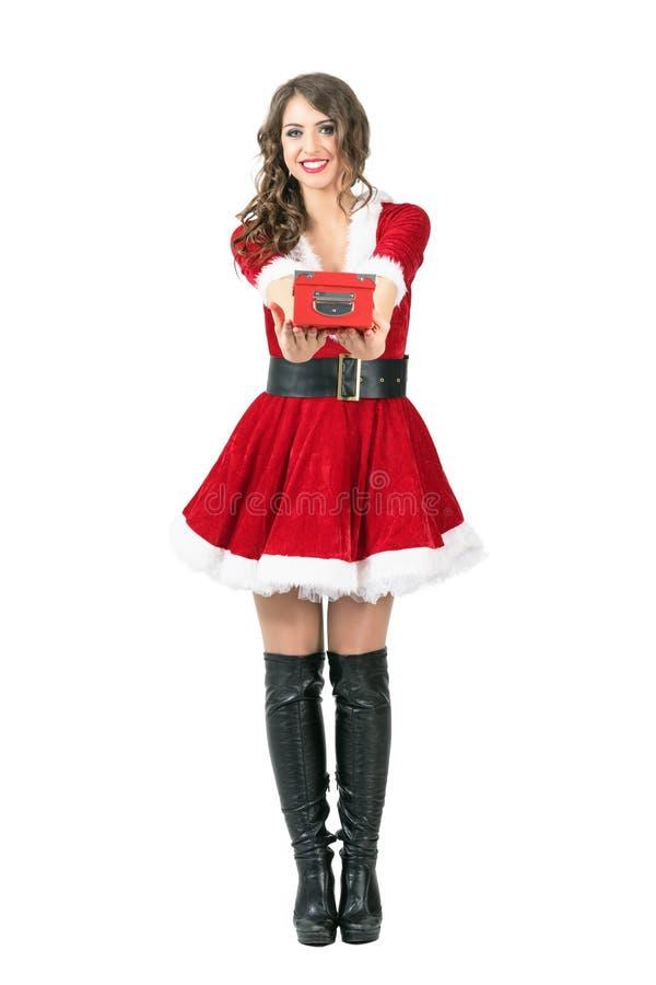 给红色礼物盒的美丽的愉快的女性圣诞老人您 免版税图库摄影