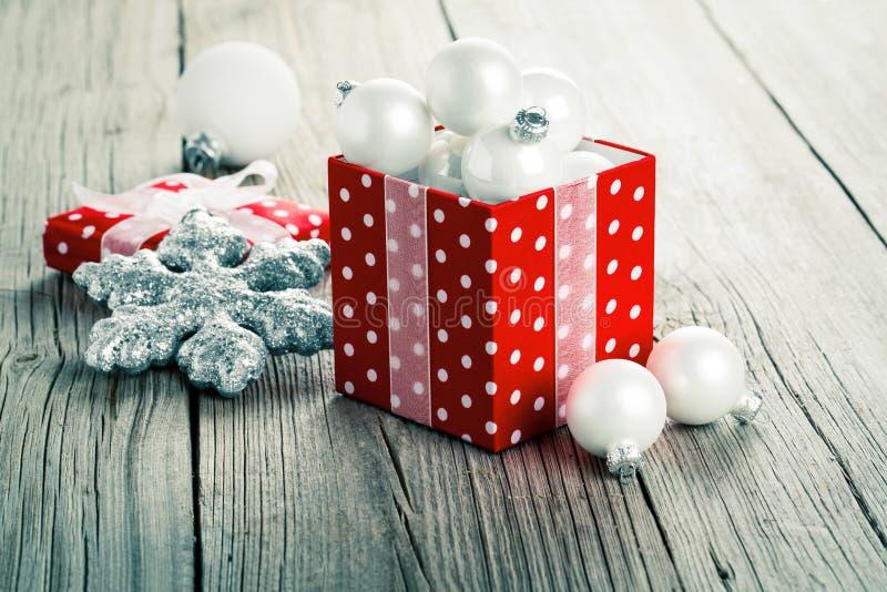 红色礼物盒,圆点 免版税库存照片
