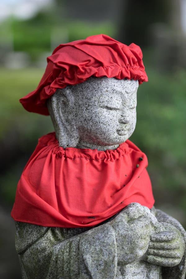 红色神道的信徒的雕象 免版税库存图片