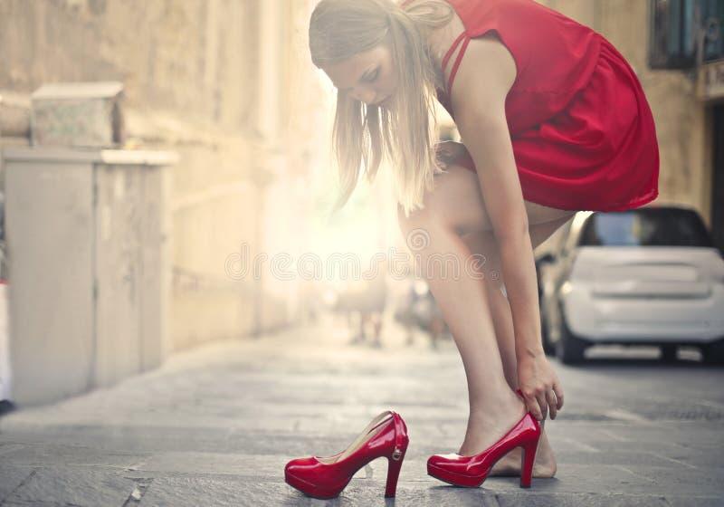 红色穿上鞋子妇女 免版税图库摄影