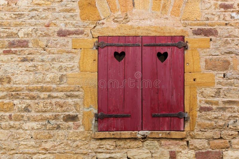 红色窗口快门在Oingt,博若莱红葡萄酒村庄  库存图片