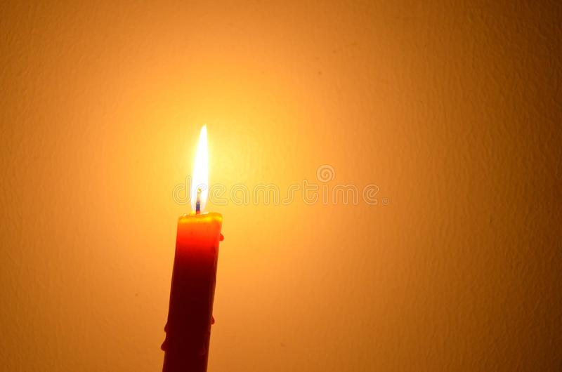 红色红色蜡烛蜡烛美好的光美好的光在黄色背景的 库存图片