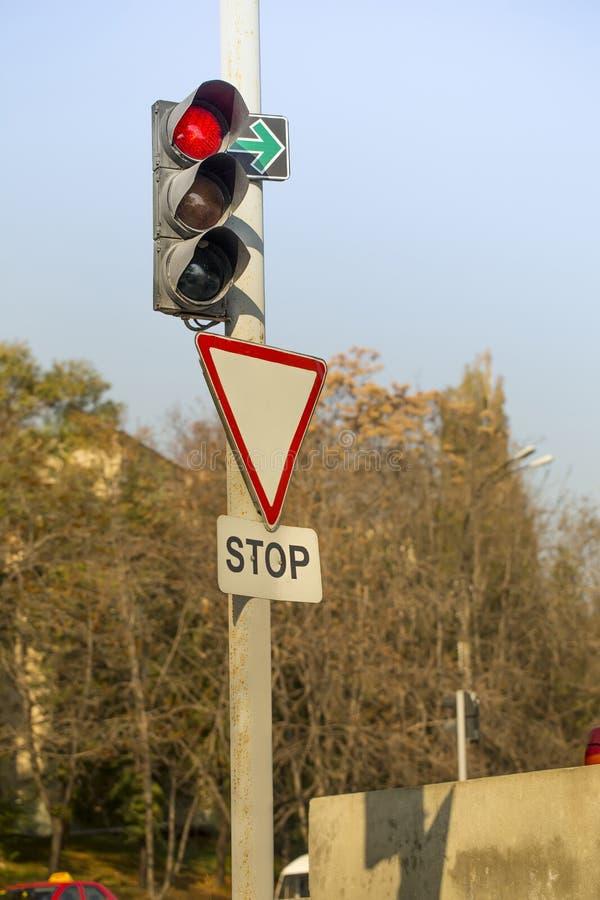 红色红绿灯,在交叉点的停车牌 库存图片