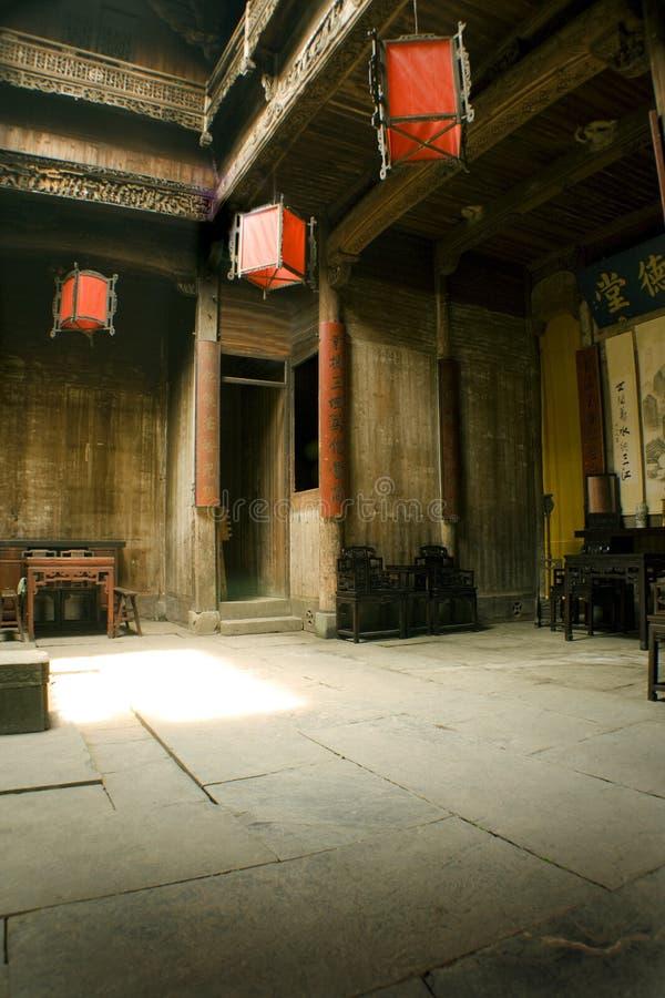 红色结构中国内部的灯笼 免版税库存图片