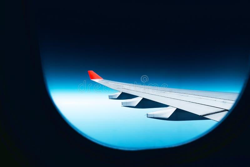 红色翼和天空蔚蓝 库存图片
