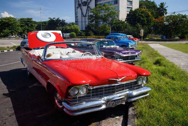 红色老减速火箭的经典美国汽车在哈瓦那,古巴 免版税库存图片