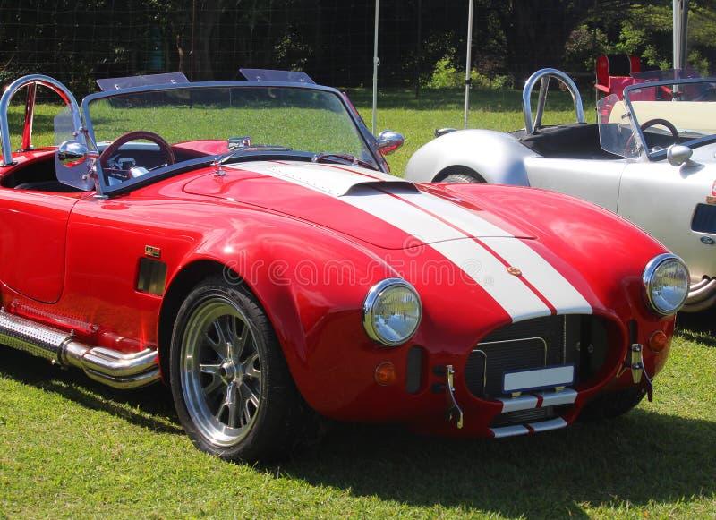 红色老式样跑车AC眼镜蛇 葡萄酒汽车样式 库存图片