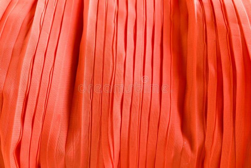 红色背景的被打褶的织品布料纹理 免版税库存照片